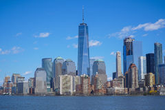 Horisonten av det i stadens centrum Manhattan finansiella området med en World Trade Center som bygger MANHATTAN - NEW YORK - APR Arkivfoto