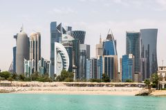 Horisonten av Doha, Qatar Modern rik mitt - östra stad royaltyfri fotografi