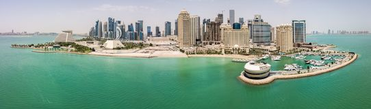 Horisonten av Doha, Qatar Modern rik mitt - östra stad av skyskrapor, flyg- sikt i bra väder, sikt av marina, golf arkivfoto