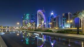 Horisonten av Doha vid natt med stjärnklar himmel som ses från, parkerar timelapsehyperlapse, Qatar