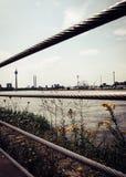 Horisonten av Duesseldorf med det iconic tvtornet fotografering för bildbyråer