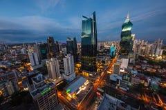 Horisonten av Panama City med dess skyskrapor i det finansiella området på solnedgången royaltyfri fotografi