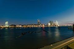 Horisonten av Rotterdam, Nederländerna på den blåa timmen arkivfoto