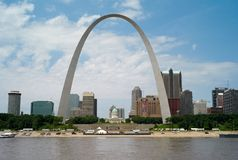 Horisonten av Saint Louis, Missouri med nyckelbågen royaltyfria bilder