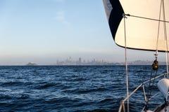 Horisonten av Sausalito och staden av San Francisco spänner över horisonten av fjärden Royaltyfria Bilder