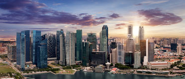 Horisonten av Singapore under solnedgång Royaltyfri Foto