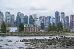 Horisonten av Vancouver harbourfront - dramatisk himmel - VANCOUVER - KANADA - APRIL 12, 2017 Royaltyfri Fotografi