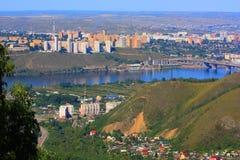 Horisonten för stads` s Hus flod, berg, bro Royaltyfria Bilder