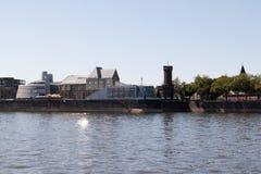 Horisonten med tornet på Rhinet River i eau-de-cologne Tyskland arkivfoto