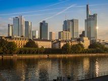 Horisontogfen Frankfurt, Tyskland, i morgonen Arkivfoto