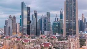 Horisontsikt av byggnaderna av Sheikh Zayed Road och DIFC-natten till dagtimelapse i Dubai, UAE arkivfilmer