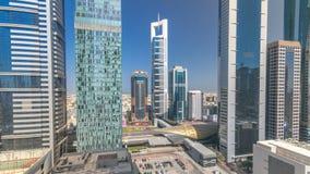 Horisontsikt av byggnaderna av Sheikh Zayed Road och DIFC-timelapse i Dubai, UAE stock video