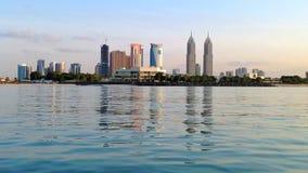 Horisontsikt av Dubai skyskrapor från snabba motorbåten stock video