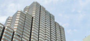 Horisontsikt av mång- berättelsebyggnad Royaltyfri Foto