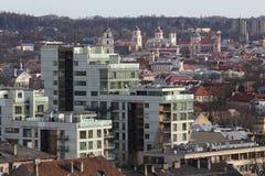 Horisontsikt av takoldtown och downlown i Vilnius Lithuan royaltyfri fotografi