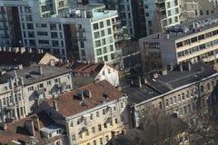 Horisontsikt av takoldtown och downlown i Vilnius Lithuan Arkivbild