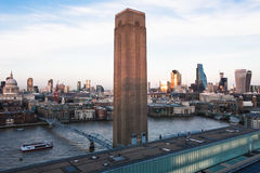 Horisontskymning med staden av London skyskrapor och kontorsbuil Arkivbild