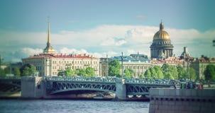 Horizon à St Petersburg Neva Beach - cathédrale de St Isaac et d'autres bâtiments historiques Images libres de droits