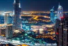 Horizon élevé fantastique de Dubaï avec des illuminations de ville photographie stock libre de droits