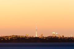 Horizon éloigné de citylight d'Auckland NZ après coucher du soleil Photos stock