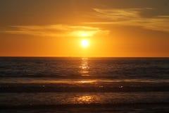 Horizon au coucher du soleil avec des nuages Photos libres de droits