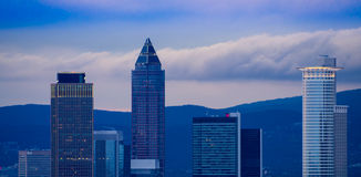 Horizon avec des bâtiments d'affaires à Francfort, Allemagne, dans l'ev Photographie stock libre de droits