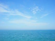 Horizon bleu de mer et de ciel avec des nuages Photo libre de droits