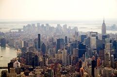 Horizon brumeux de New York City Photographie stock libre de droits