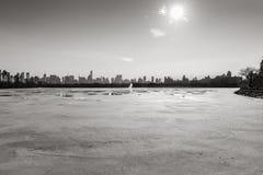 Horizon célèbre gelé de Jacqueline Kennedy Onassis Reservoir et de NYC, B&W photos stock