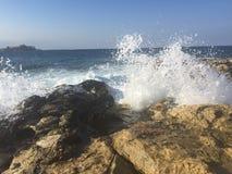 Horizon clair vu d'une plage de roche Photographie stock libre de droits