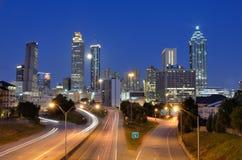 Horizon d'Atlanta au-dessus de route express de liberté Photo stock