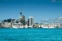 Horizon d'Auckland et bateaux de croisière Photo stock