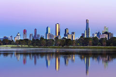 Horizon d'Australie de Melbourne vu d'Albert Park Lake chez Sunr Photo libre de droits