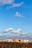 Horizon d'automne avec des maisons de brique et des arbres nus Photos stock