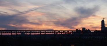 Horizon d'Edmonton, pont de haut niveau et coucher du soleil Image libre de droits
