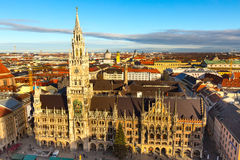 Horizon d'hôtel de ville et de ville de Marienplatz à Munich, Allemagne Photos stock