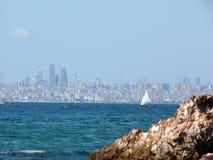 Horizon d'Istanbul avec le bateau à voile des princes Islands Photographie stock libre de droits