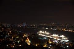 Horizon d'Istanbul de pont de Galata par nuit, avec des revêtements de croisière, la Turquie Photographie stock libre de droits