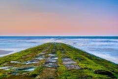 Horizon d'un brise-lames regardant l'horizon image stock
