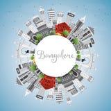 Horizon de Bangalore avec Gray Buildings, le ciel bleu et l'espace de copie illustration de vecteur
