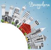 Horizon de Bangalore avec Gray Buildings, le ciel bleu et l'espace de copie illustration libre de droits