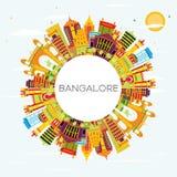 Horizon de Bangalore avec les bâtiments de couleur, le ciel bleu et l'espace de copie illustration stock