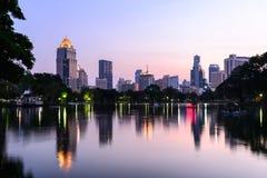 Horizon de Bangkok et réflexion de l'eau avec le lac urbain en été Images libres de droits