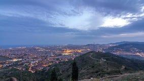 Horizon de Barcelone et de Badalona avec des toits des maisons et de la mer le jour d'horizon au timelapse de nuit banque de vidéos