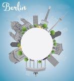 Horizon de Berlin avec le bâtiment gris, le ciel bleu et l'espace de copie Photographie stock