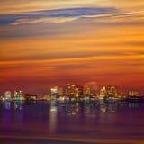 Horizon de Boston au coucher du soleil et rivière dans le Massachusetts photographie stock