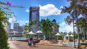 Horizon de Brisbane derrière les plages et les piscines publiques Photographie stock libre de droits