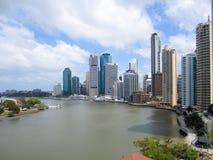 Horizon de Brisbane et rivière, Queensland, Australie Images stock