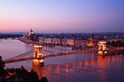 Horizon de Budapest la nuit. Photos stock