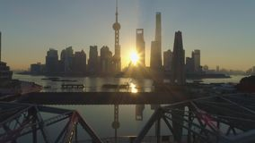 Horizon de Changhaï au lever de soleil au matin ensoleillé La Chine Silhouette d'homme se recroquevillant d'affaires banque de vidéos